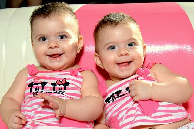 Bien préparer l'arrivée de jumeaux fille et garçon